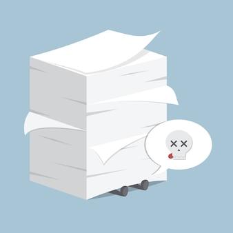 Hombre de negocios debajo de la pila de papel