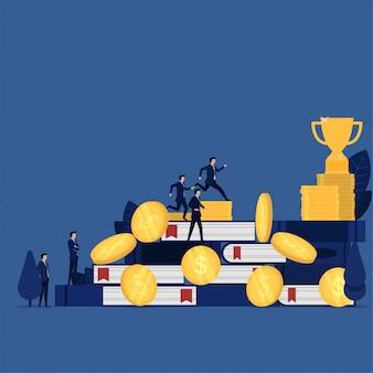 Hombre de negocios dirigido al trofeo a través de la metáfora del libro y la moneda del conocimiento y el dinero para obtener reconocimiento.