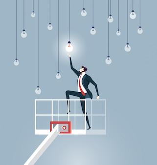Hombre de negocios de elevación por grúa para llegar a las bombillas eléctricas.