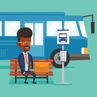 Hombre de negocios esperando en la parada de autobús.