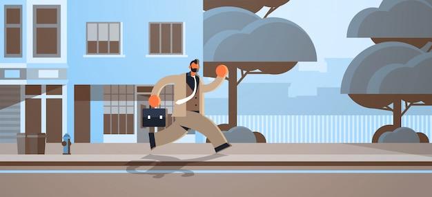 Hombre de negocios con exceso de trabajo que se ejecuta con maletín concepto de plazo trabajador de oficina masculino en ropa formal moderna calle de la ciudad