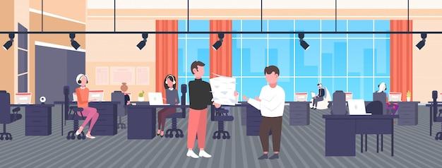 Hombre de negocios con exceso de trabajo que lleva documentos en papel apilar a la fecha límite del jefe proceso de trabajo duro concepto de papeleo centro de trabajo creativo centro de oficina horizontal horizontal