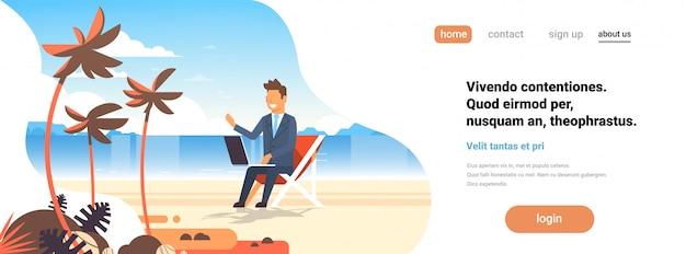 Hombre de negocios independiente lugar de trabajo remoto playa verano vacaciones palmeras tropicales isla hombre de negocios