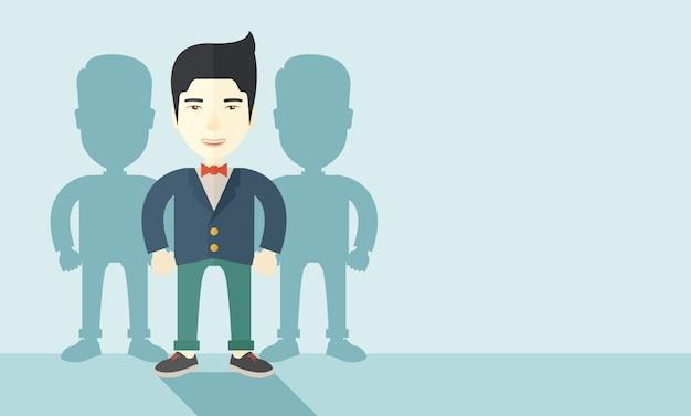 Hombre de negocios japonés de pie con sus sombras.