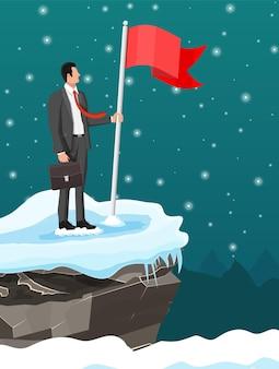 Hombre de negocios con maletín de pie en la cima de la montaña con bandera. símbolo de victoria, misión exitosa, meta y logro. ensayos y pruebas. gana, éxito empresarial. ilustración vectorial plana