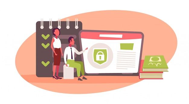 Hombre de negocios mujer usando laptop cursos de capacitación en línea aplicación protegida examen de e-learning preparación concepto banner horizontal plana