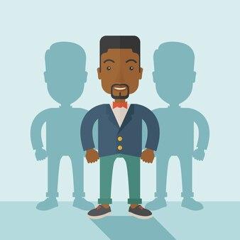 Hombre de negocios negro de pie con sus sombras.