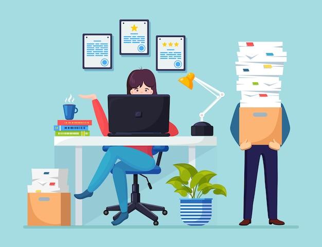 Hombre de negocios ocupado con pila de documentos en cartón