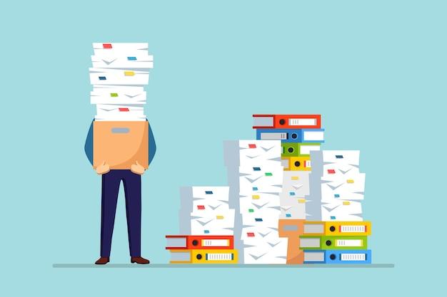 Hombre de negocios ocupado con pila de documentos
