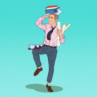 Hombre de negocios con pila de documentos