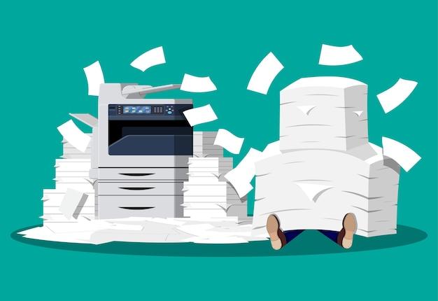 Hombre de negocios en pila de papeles. máquina multifunción de oficina