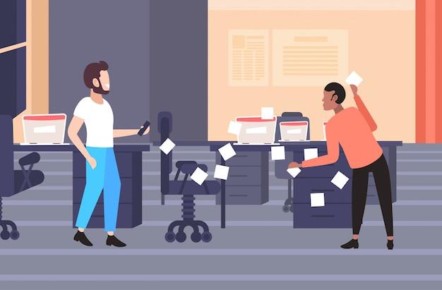 Hombre de negocios publicar pegatinas negocio inicio planificación gestión concepto empresarios programación agenda de trabajo utilizando notas adhesivas moderno interior de la oficina horizontal de longitud completa