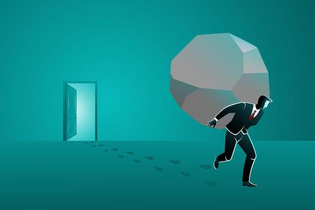 Un hombre de negocios que sale de la puerta mientras lleva una piedra grande en la espalda.