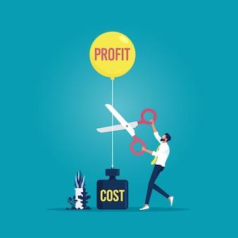 Hombre de negocios recortando los beneficios del globo y los costos de peso con unas tijeras