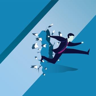 Hombre de negocios rompiendo la pared del obstáculo