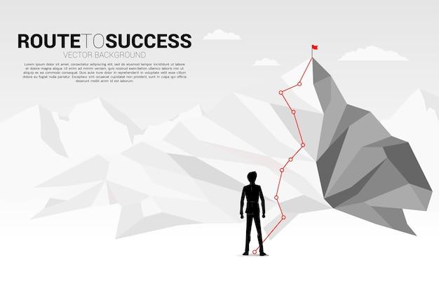 Hombre de negocios y ruta a la cima de la montaña: concepto de objetivo, misión, visión, trayectoria profesional