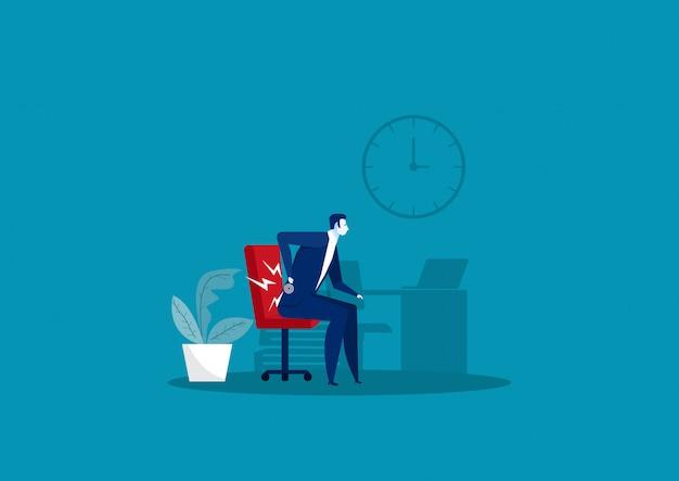 Hombre de negocios sufre de dolor de espalda en la oficina.