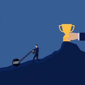 Hombre de negocios tire de la deuda de prisionero de bola de cadena para obtener la metáfora del trofeo de perder