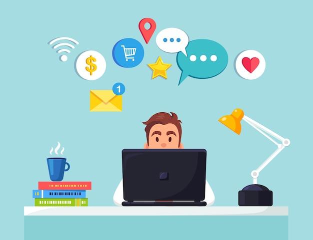 Hombre de negocios trabajando en escritorio con red social, icono de los medios.