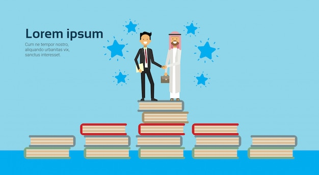 Hombre de negocios en traje de negocios dándose la mano hombre árabe ropa tradicional en la pila de libros acuerdo comercial integral y concepto de asociación
