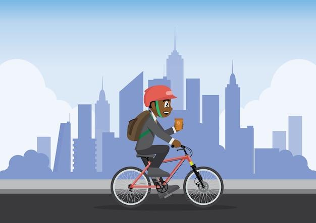 El hombre de negocios usando la bici va a trabajar con el fondo de la ciudad.