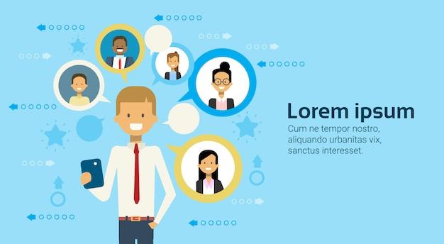 Hombre de negocios using smart phone messaging con concepto del establecimiento de una red del negocio de los empresarios