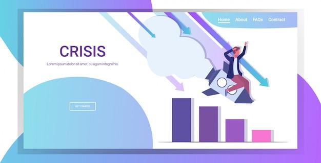 Hombre de negocios volando hacia abajo en el cohete inicio falla proyecto de crisis crisis financiera quiebra negocio caída concepto descendente gráfico gráfico horizontal copia espacio integral