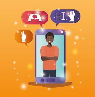 Hombre negro en smartphone con burbujas de redes sociales.
