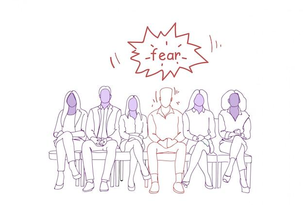 Hombre nervioso que se sienta con el grupo de personas en línea que espera el concepto de los recursos humanos del doodle de la entrevista de trabajo
