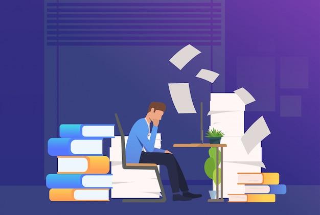 Hombre de oficina pasando por papeleo