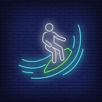 Hombre del palillo que practica surf en la muestra de neón de la onda