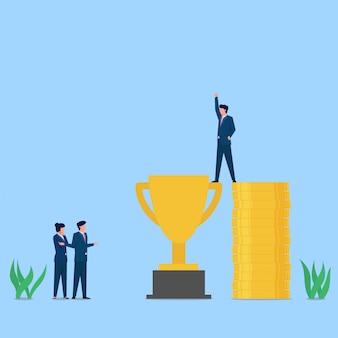 El hombre está parado por encima del trofeo con la ayuda de la metáfora de las pilas de dinero del soborno.