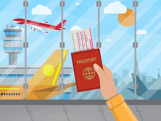 Hombre con pasaporte y boleto dentro del aeropuerto