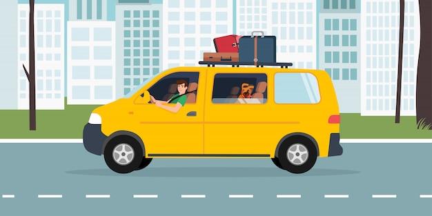 Hombre y un perro viajando en una minivan turística en el fondo de la ciudad