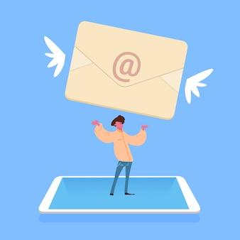 Hombre de pie tableta sosteniendo volando sobre correo electrónico aplicación de mensajería personaje masculino fondo azul de dibujos animados de cuerpo entero plana