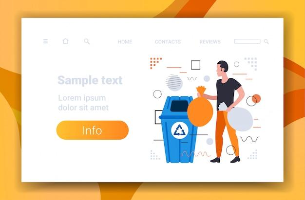 Hombre poniendo bolsas de basura en la papelera de reciclaje segregar la gestión de clasificación de residuos concepto de servicio de limpieza boceto horizontal de longitud completa copia espacio