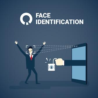 Hombre que obtiene acceso después de la identificación de la cara que explora concepto biométrico moderno del sistema de reconocimiento de la tecnología