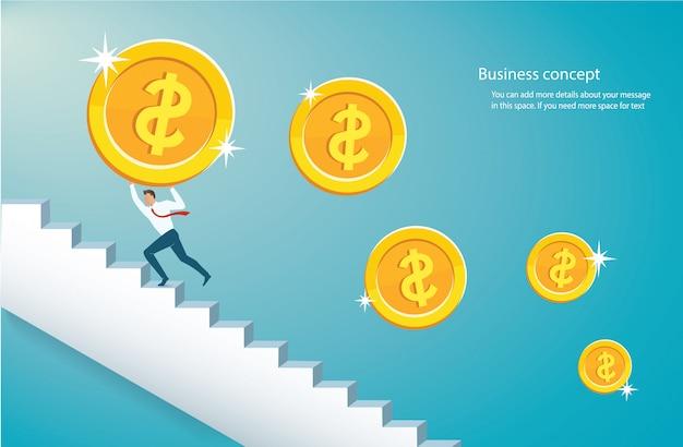 Hombre que sostiene la gran moneda de oro subiendo escaleras