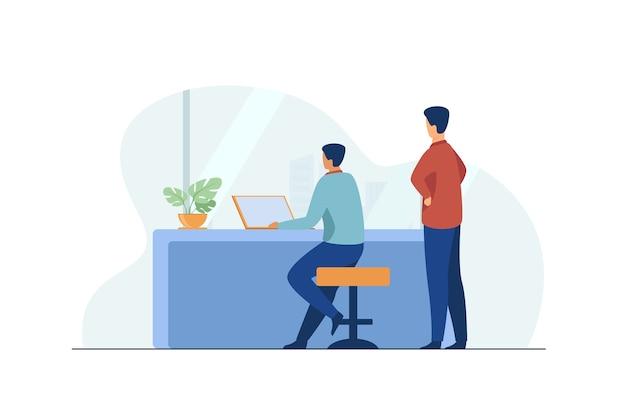 Hombre que trabaja en la computadora portátil y mirando al jefe.