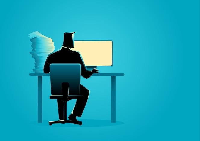 Hombre que trabaja detrás de la computadora de escritorio