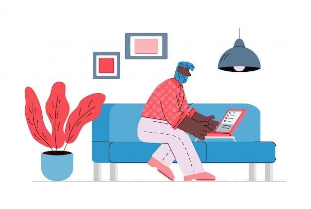 Hombre que trabaja remotamente desde casa usando la ilustración del bosquejo de la computadora portátil aislada.