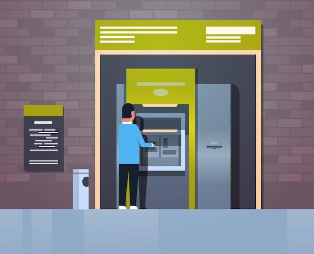 Hombre retirando efectivo a través de cajero automático