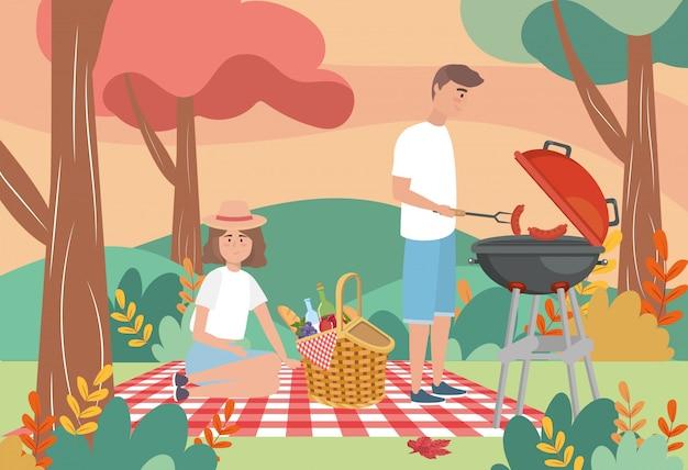 Hombre en las salchichas a la parrilla y mujer con comida.