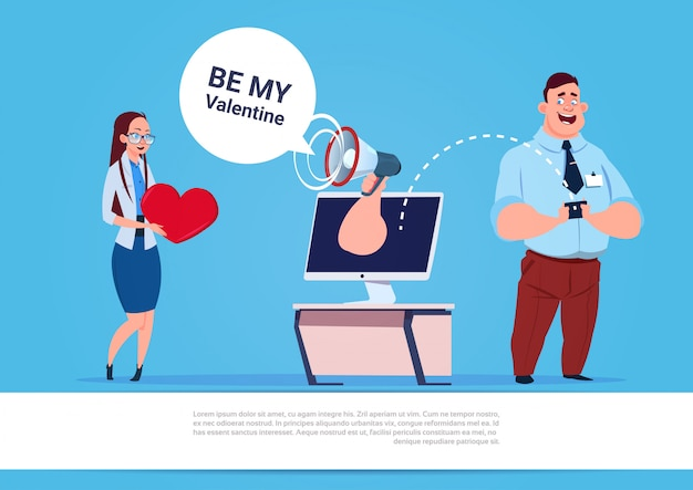 Hombre sen, mujer, be my valentine message usando redes sociales, teléfono inteligente y computadora, fondo azul con espacio de copia