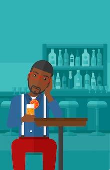 Hombre sentado en el bar
