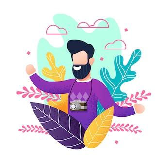 Hombre sonriente barbudo plano con cámara disfrutando de vacaciones de verano