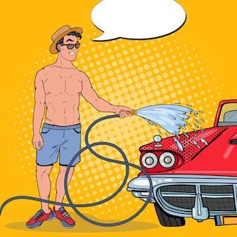 Hombre sonriente lavando su coche clásico