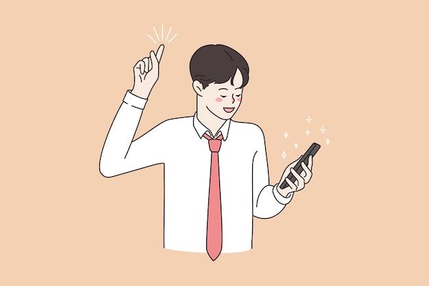 Hombre sonriente lee buenas noticias en línea en el teléfono móvil