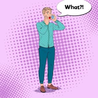 Hombre sorprendido de arte pop con nariz larga hablando por teléfono inteligente. concepto de noticias falsas.