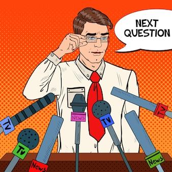 Hombre sosteniendo una conferencia de prensa